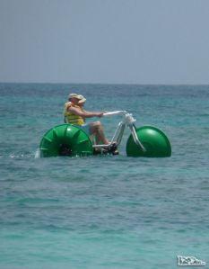 574-pedalando-sobre-a-agua-na-praia-de-long-bay,-na-costa-nordeste-de-antigua,-no-caribe-p1040479