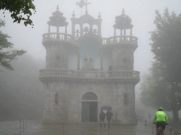 Junto à Capela de Sto. António, foi toda a gente embora com a chuva...